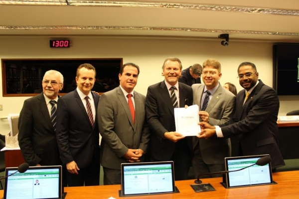 Comissão aprova PL que obriga 100% da cobertura de telefonia móvel e internet nas estradas