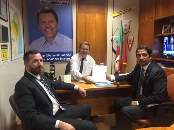 SINPRF/RS entrega pleito ao deputado Afonso Hamm
